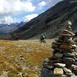 Die 3-Länder Enduro-/ Freeride Transalp in Östereich, Schweiz und Italien. MTB Enduro Reise über Ischgl, Livigno, Bormio ins Vinschgau. Lift uns Shuttle Begleitung. Trailholidays Mountainbike reisen